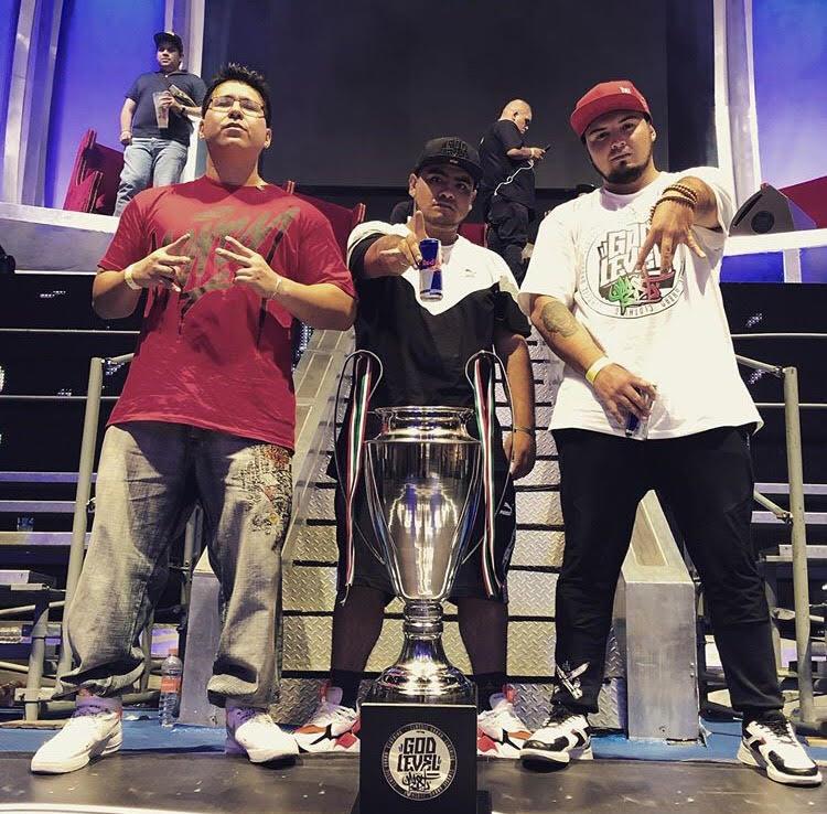 México se proclama campeón de la primara jornada del mundial por equipos God Level. RC, Aczino y Rapder. Vía Instagram: @aczino_oficial
